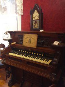 Cottage organ circa 1904